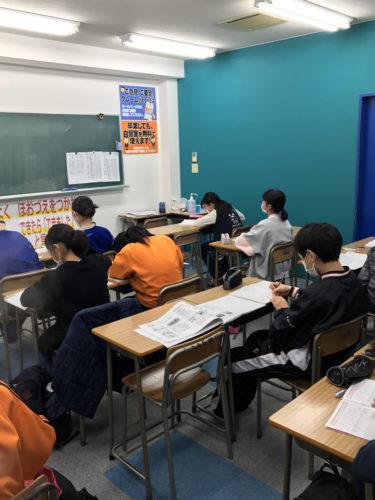 学年末テストへ向けて海津校の生徒頑張っています