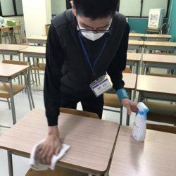 大垣外渕校、授業終了後は必ず机を除菌します(畑野)