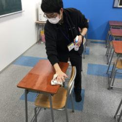 海津校です。洗面所、床、机もしっかり清掃と消毒をしました。