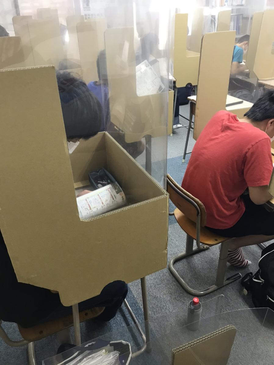 養老町の高田校。実力テストに向けて3年生が頑張っています。