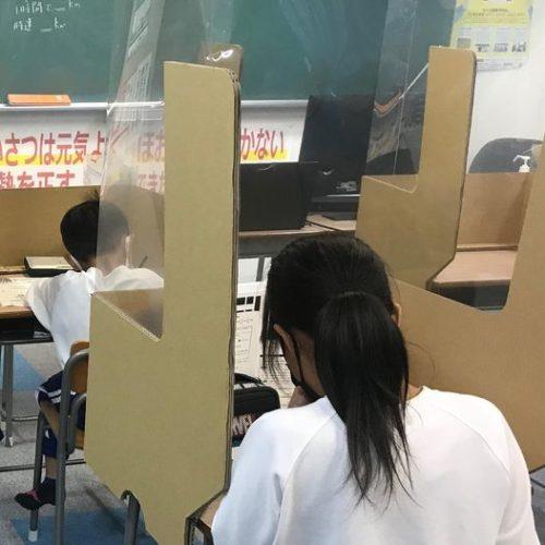 養老町の東部校、小学生も真剣に取り組んでいます(畑野)