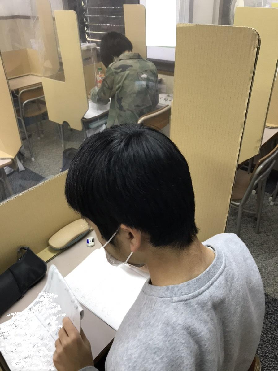 養老町の高田校です。実力テストに向けて中3頑張っています!