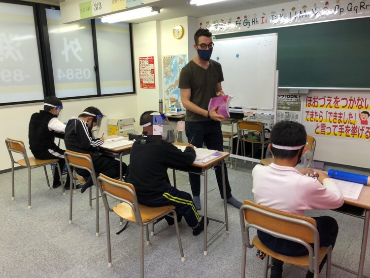 上位クラスは文法も学習(大垣市外渕校英会話)