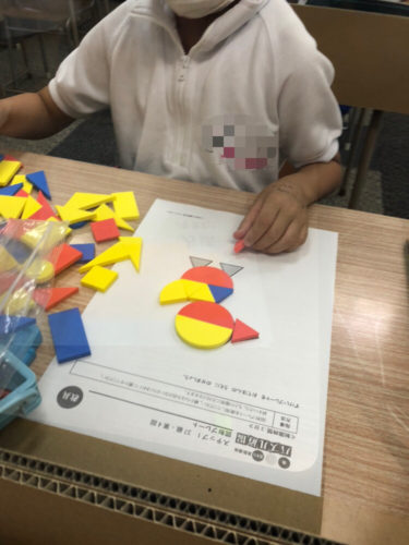 養老町の高田校です。教具を使って楽しく図形の認識力を高めています!